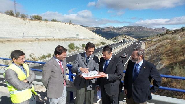 Antonio Sanz ha estado acompañado por el subdelegado del Gobierno en Jaén, Juan Lillo, y el jefe de la Demarcación de Carreteras de Andalucía Oriental, José del Cerro.