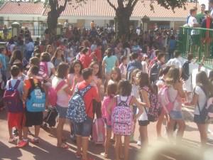 Escolares en un patio de un colegio.