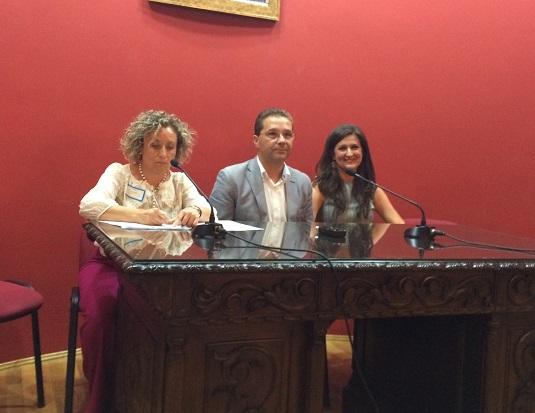 La presidenta de esta asociación, Leonor Lázaro, junto a Francisco Huertas y Yolanda Caballero.