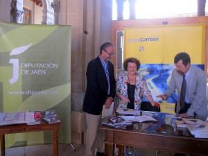 Julio Cobo, Pilar Parra y Jacinto Cabrera muestran el sobre con el sello y el matasellos conmemorativos.