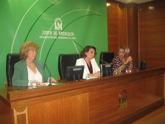 La directora de Violencia de Género, Ángeles Sepúlveda, junto a la delegada territorial de Igualdad, Salud y Políticas Sociales, Teresa Vega, y la coordinadora del IAM en Jaén, Beatriz Martín.