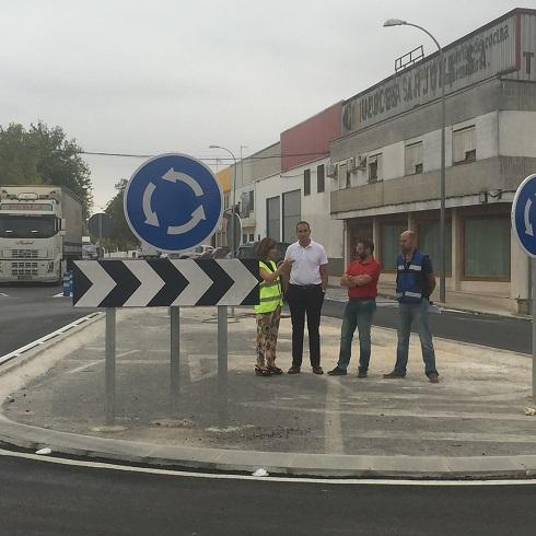 El delegado territorial, Rafael Valdivielso, junto al alcalde arjonero, Juan Latorre, en la citada carretera de Arjona.