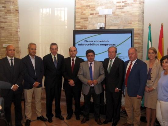 Francisco Reyes, en el centro, junto a Enrique Acisclo y representantes de las entidades colaboradoras en este convenio.