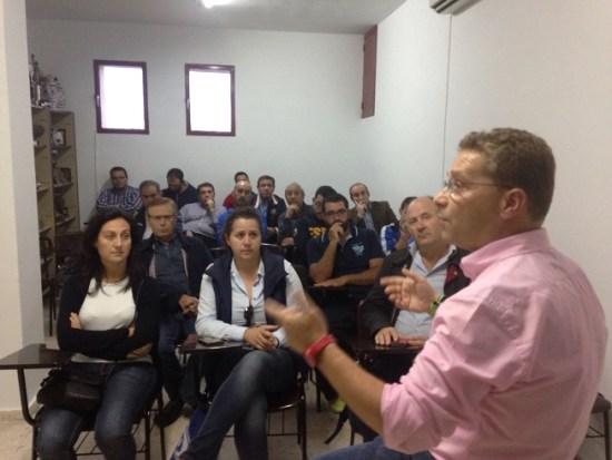 El alcalde de Andújar, Paco Huertas, se dirige a los asistentes a este acto.