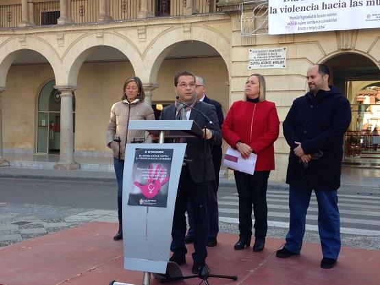 El alcalde de Andújar, Paco Huertas, leyó un Manifiesto Institucional, donde han participado representantes de todos los grupos políticos del Ayuntamiento de Andújar.