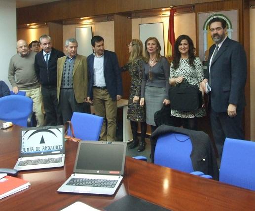 La viceconsejera de Educación, Elena Marín, ha entregado junto a la delegada territorial en Jaén, Yolanda Caballero, estos portátiles.
