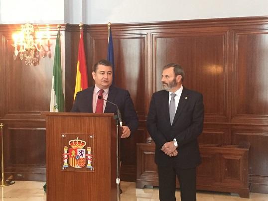 El delegado del Gobierno en Andalucía, Antonio Sanz, junto a Juan Lillo.