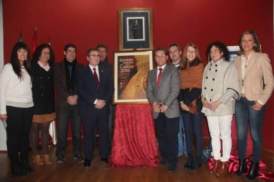 Javier Urraco, Francisco Huertas y demás autoridades, junto al cartel anunciador de la Romería.