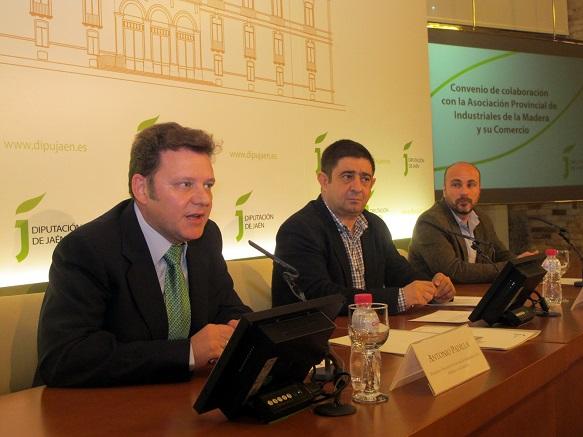 Antonio Padilla y Francisco Reyes firmando este acuerdo en presencia de Manuel Hueso.