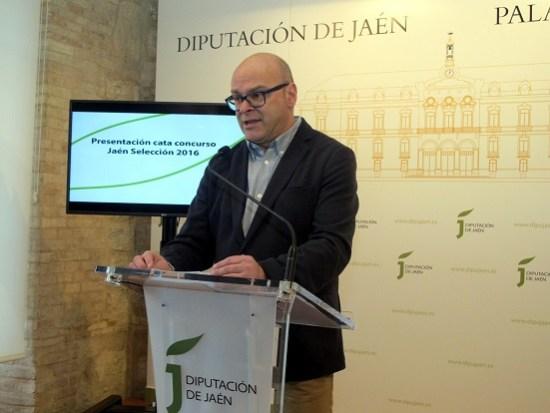 Manuel Fernández, durante su comparecencia ante los medios para presentar la cata concurso Jaén Selección 2016.