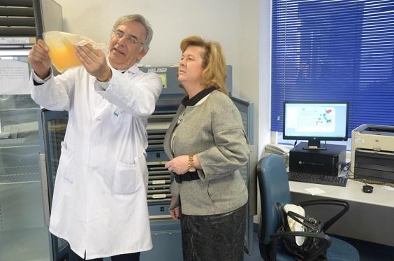 La delegada territorial de Igualdad, Salud y Políticas Sociales, Teresa Vega, durante la visita realizada al Centro de Transfusión Sanguínea de Jaén, junto a su director, Antonio Carrero.