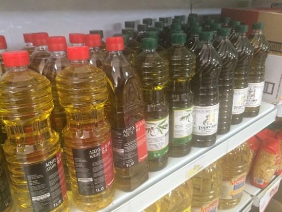 Botellas de aceite en un supermercado.