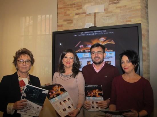 Carmen Espín, Yolanda Caballero, Juan Ángel Pérez y Mari Carmen Gámez muestran el cartel del XX Circuito de Teatro Escolar.