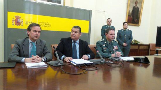 El delegado del Gobierno en Andalucía, Antonio Sanz, el general de la IV Zona de la Guardia Civil, Laurentino Ceña, y el delegado especial de la Agencia Tributaria, Alberto García Valera.