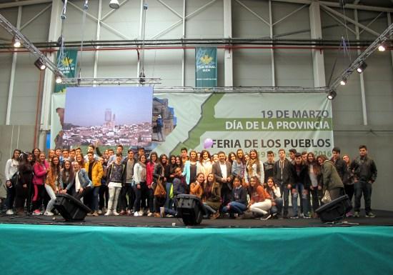 Foto de familia de autoridades junto a los escolares de Secundaria que han elaborado estos vídeos.