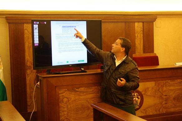 El alcalde de Andújar, Francisco Huertas, explica a los vecinos los pormenores de estas obras.