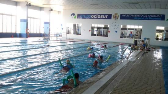 Una imagen de los talleres que se están impartiendo en la piscina cubierta de Andújar.