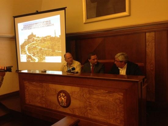 Bartolomé Cruz, a la derecha, junto a Paco Huertas, en el centro, durante este acto.