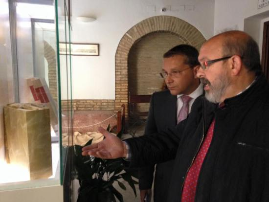 El alcalde Andújar, Paco Huertas, y el cronista oficial, Enrique Gómez, visitan la exposición bibliográfica. Foto: Ayuntamiento de Andújar.