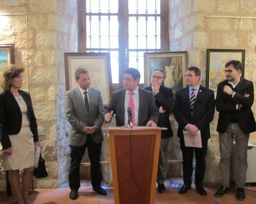 El alcalde de Andújar, Paco Huertas, ha asistido a la inauguración de la exposición sobre la Virgen de la Cabeza.