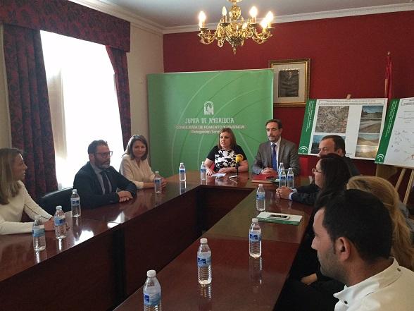 El consejero Fomento y Vivienda, Felipe López, en su visita al Ayuntamiento de Santiago de Calatrava.