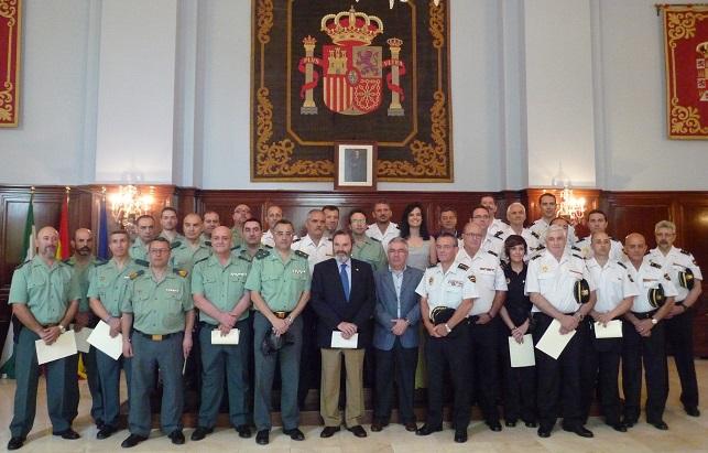 El subdelegado del Gobierno, Juan Lillo, junto a los miembros de las Fuerzas de Seguridad galardonados.
