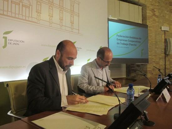 Manuel Hueso y Luis Miguel Jurado, firmando este convenio.