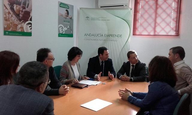 El delegado territorial de Economía, Innovación, Ciencia y Empleo, Antonio de la Torre, junto a Francisco Huertas, en la comisión de valoración.