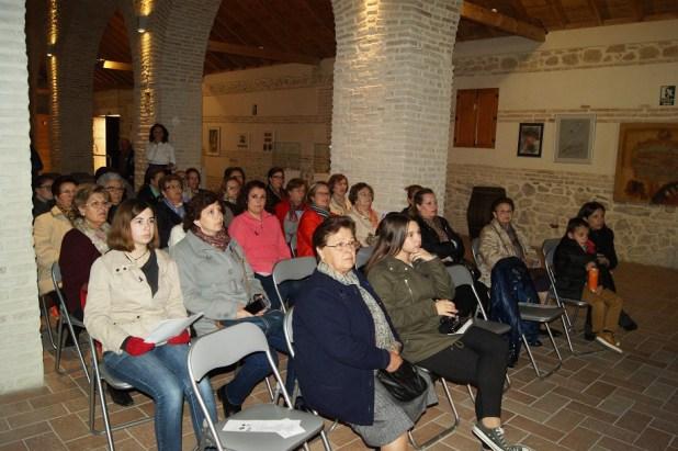 Mujeres de Lopera asisten a una charla cultural.