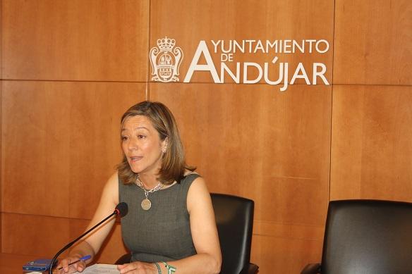 La Concejala de Urbanismo y Vivienda del Ayuntamiento de Andújar, Encarna Camacho, en rueda de prensa.