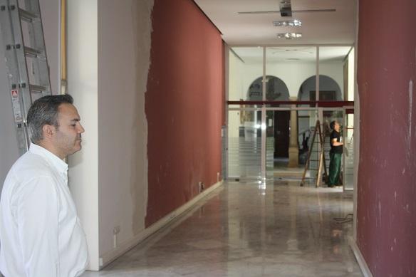 El concejal de Presidencia, Jesús del Moral, en la oficina de atención al ciudadano de Andújar.