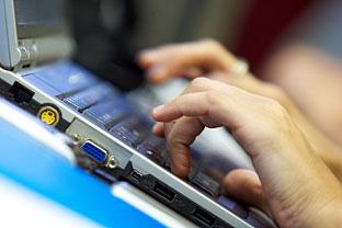 Un ciudadano utiliza su ordenador. Foto: Junta de Andalucía.