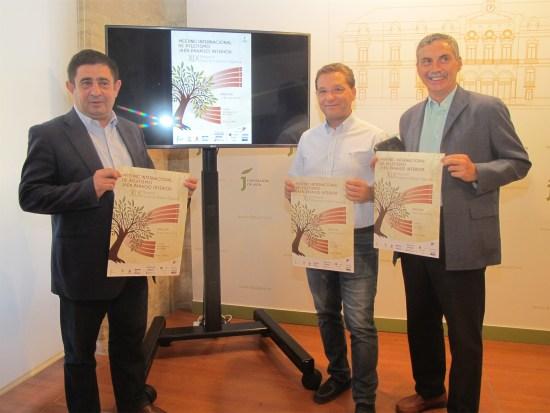 Francisco Reyes, Paco Huertas y Enrique López muestra la imagen del Meeting de Atletismo.