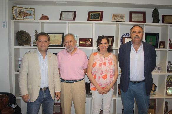 El alcalde de Andújar, Paco Huertas, y la concejala de Cultura, María José Bueno, junto a representantes de esta asociación.