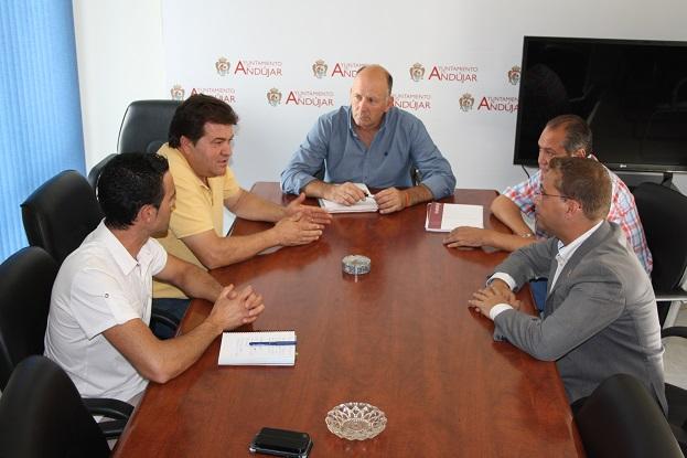 El concejal de Servicios del Ayuntamiento de Andújar, Luis Salas, ha mantenido una reunión de trabajo con el representante de AVAPA, Antonio Figueroa.
