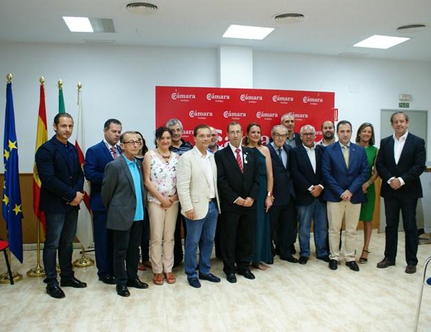 Foto de familia del acto de entrega de la  medalla de oro a Juan Antonio Sáez Mata.