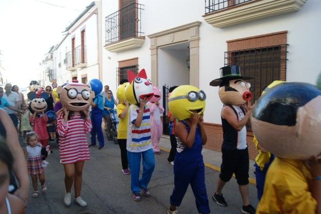 Desfile de Gigantes y Cabezudos, en Lopera.