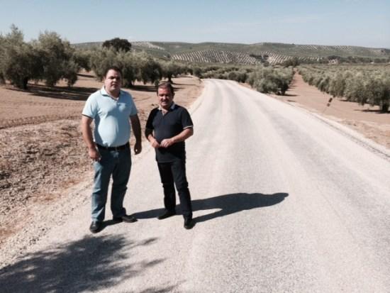 El diputado de Infraestructuras Municipales, José Castro, junto al alcalde de Martos, Víctor Manuel Torres, visita la carretera Los Valencianos en Martos.