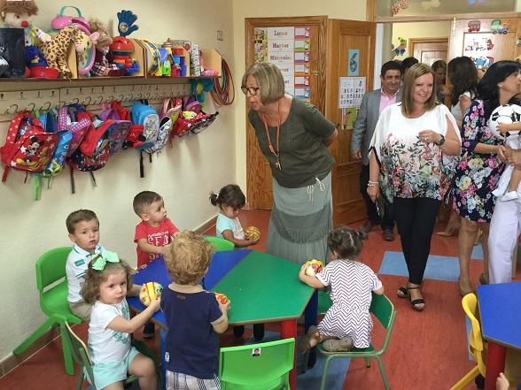 La consejera de Educación, Adelaida de la Calle, inauguró en Torredelcampo el curso en educación infantil para menores de tres años.