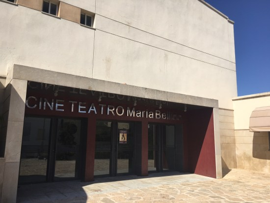 Entrada principal al Teatro María Bellido, de Porcuna.
