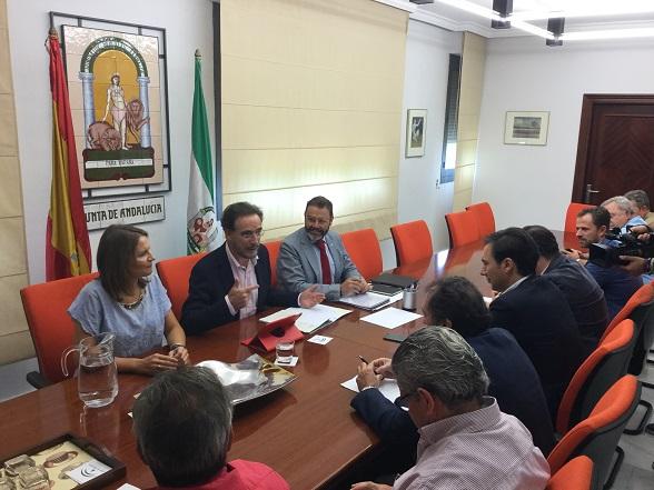 El consejero de Fomento y Vivienda, Felipe López, ser reunió ayer con representantes del sector de la Construcción.