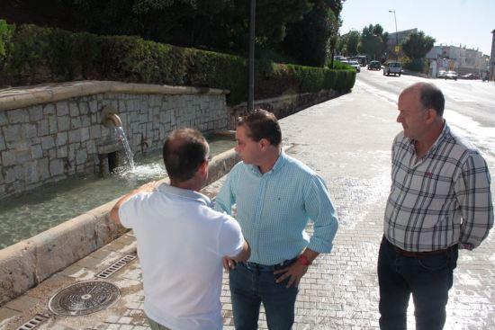 El alcalde de Andújar, Paco Huertas, y el concejal de Infraestructuras Urbanas, Luis Salas, junto a este Pilar.