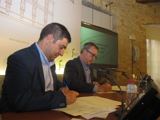 Francisco Reyes y José Manuel Fernández firman el convenio de colaboración.