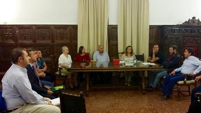 El delegado territorial de Fomento y Vivienda, Rafael Valdivielso, y el alcalde de Porcuna, Miguel Moreno, en la reunión con los vecinos afectados.