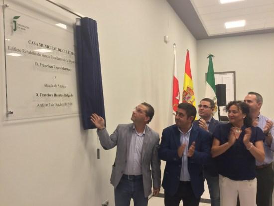 Francisco Huertas descubre la placa inaugural en presencia de Francisco Reyes y otros miembros de la Corporación municipal iliturgitana.