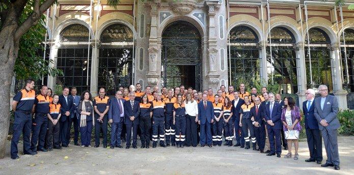 Foto de familia de Susana Díaz con voluntarios de Protección Civil de Andalucía.
