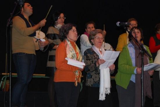 Un grupo de personas cantan mononas en Espelúy.