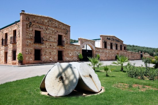 """Fachada de la Almazara """"Galgón 99"""", de Villanueva de la Reina."""