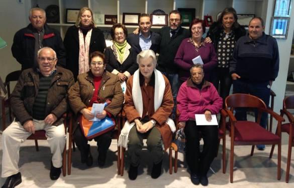 Rafael Valdivielso, Paco Huertas, Josefa Jurado y Encarna Camacho, junto a las personas beneficiadas con estas ayudas.
