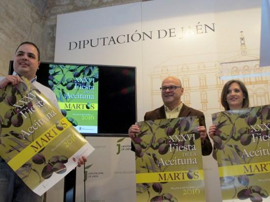 Víctor Torres, Manuel Fernández y Rosa Barranco, concejala de Juventud y Festejos de Martos, muestran el cartel de esta edición.